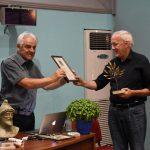 Ο προεδρος του Συλλόγου Φίλων του Ομήρου Κ.Σπύρος Αρσένης βραβεύει τον καθηγ. Σταύρο Παπαμαρινόπουλο.
