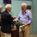 Ο καθηγητής-ακαδημαϊκός Γ.Παξινός βραβεύει τον ερευνητή Γ.Σαραντίτη
